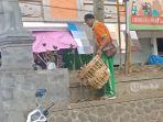 petugas-kebersihan-dlh-bangli-ketika-melakukan-pembersihan-di-depan-pasar-kidul-bangli.jpg