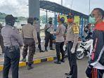 petugas-kepolisian-bersama-instansi-terkait-jaga-pintu-masuk-pelabuhan-padang-bai.jpg