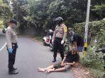 petugas-kepolisian-dibantu-warga-sekitar-saat-mengevakuasi-jenazah.jpg