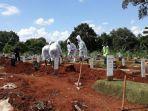 petugas-makam-tengah-menggali-lubang-untuk-jenazah-covid-19.jpg