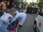 petugas-medis-memberikan-pertolongan-pada-korban-kecelakaan.jpg