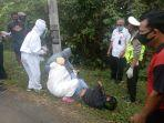 petugas-melakukan-evakuasi-terhadap-korban-kecelakaan.jpg