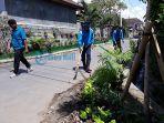 petugas-melakukan-pembersihan-di-kampung-asri-jalan-drupadi-xvii-denpasar.jpg