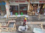 petugas-menyelesaikan-revitalisasi-pasar-kumbasari-di-jalan-gajah-mada-denpasar.jpg