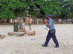 petugas-pantai-melarang-wisatawan-datang-ke-pantai-kedonganan-badung-rabu-1542020.jpg