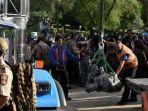 petugas-patroli-negara-berjaga-saat-keryawan-twin-cities-transport-and-recovery.jpg