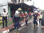 petugas-pemadam-kebakaran-saat-melakukan-pemadaman-kepada-ruko-yang-terbakar-di-banjar-telangga.jpg