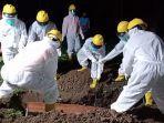 petugas-penanganan-jenazah-saat-menguburkan-pasien-covid-19-asal-desa-tanggahan-tengah.jpg