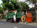 petugas-pengangkut-sampah-dlh-bangli.jpg