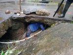 petugas-sedang-mengatasi-drainse-tersumbat-di-beberapa-ruas-jalan-di-klungkung.jpg