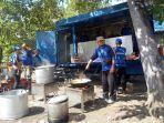 petugas-tagana-dinas-sosial-sedang-memasakan-relawan-yang-membantu.jpg