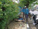 petugas-tengah-membersihkan-timbunan-sampah-di-saluran-drainase-jimbaran.jpg
