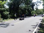 pihak-kepolisian-mengamankan-tkp-dan-barang-bukti-motor-korban.jpg
