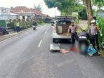 polisi-ketika-mengevakuasi-jenazah-putrayasa-untuk-dibawa-ke-rsu-bangli.jpg