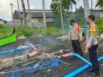polisi-memberi-garis-batas-di-sekitar-sampan-nelayan-yang-terbakar.jpg
