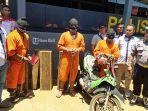 polisi-menunjukkan-tiga-pelaku-illegal-logging-berserta-barang-bukti.jpg