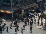 polisi-myanmar-dan-demonstran.jpg