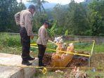 polisi-saat-melakukan-penyelidikan-kuburan-di-setra-desa-panji.jpg
