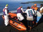 pos-sar-karangasem-mengevakuasi-nelayan-yang-pingsan-di-atas-jukung-rabu-3062021-pag.jpg