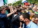 presiden-brasil-jair-bolsonaro-tidak-mengenakan-masker-meski-bertemu-banyak-orang.jpg