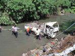 proses-evakuasi-mobil-truk-yang-terjun-ke-sungai-di-seputaran-jalan-bypass-ida.jpg