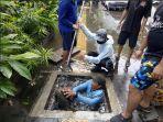 proses-pembersihan-sampah-di-salurahan-drainase-oleh-dpupr-kota-denpasar-pada-sabtu.jpg