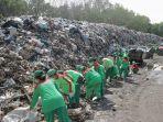 puluhan-petugas-dlhk-badung-saat-melakukan-pemilahan-sampah.jpg