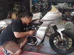 putu-ajus-mulyawarman-33-saat-membuat-motor-custom-di-ams-garage.jpg