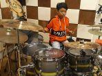 putu-prabu-satvika-daneswara-saat-menunjukkan-keahliannya-bermain-drum.jpg