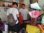 rama-saat-membeli-bunga-untuk-pacarnya-di-salah-satu-kios-bunga.jpg