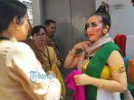 ratna-dewi-tengah-menawarkan-handicraft-rajut-karya-wbp.jpg