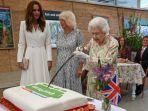 ratu-elizabeth-menggunakan-pedang-seremonial-untuk-memotong-kue.jpg