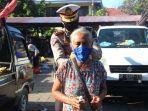 ratusan-masker-dan-hand-sanitizer-berbahan-arak-dibagikan-ke-pedagang-pasar-kreneng.jpg