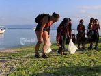 ratusan-warga-dan-wisatawan-bersihkan-pantai-dan-transplantasi-terumbu-karang.jpg