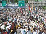 ribuan-jamaah-menyambut-kedatangan-imam-besar-fpi-rizieq-shihab-di-jalur-puncak.jpg