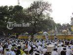 ribuan-umat-hindu-melakukan-persembahyangan-hari-raya-kuningan-di-pura-agung-jagatnatha.jpg