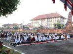 ribuan-umat-muslim-dan-jemaah-masjid-at-taqwa-polda-bali.jpg
