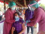 salah-satu-pelaku-pariwisata-yang-mendapatkan-vaksinasi-dosis-pertama-di-bangli.jpg