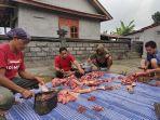 salah-satu-peternak-di-dusun-langkan-desa-landih-bangli-i-ketut-beles-memotong-daging-babi.jpg