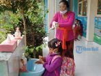 salah-satu-siswa-tk-negeri-bangli-ketika-melakukan-cuci-tangan-saat-pulang-sekolah.jpg