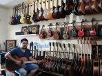 salah-satu-toko-musik-yakni-mayman-music-yang-menjual-berbagai-jenis-gitar.jpg