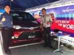 sales-menunjukkan-toyota-veloz-di-dealer-agung-toyota-cokro-denpasar_20151105_184119.jpg