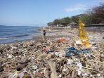 sampah-musiman-di-pantai-mertasari_20180723_093905.jpg