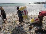 sampah-plastik-di-pantai-kedonganan.jpg