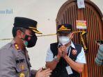 satpol-pp-kabupaten-badung-memasang-police-line.jpg