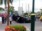 sebuah-mobil-mitsubishi-xpander-terbalik-setelah-ditabrak-dari-belakang.jpg