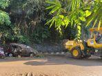 sebuah-mobil-yang-tertimpa-pohon-tumbang-dan-tanah-longsor-di-jalan-raya-sempidi-sading.jpg