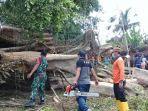 sejumlah-anggota-bpbd-bangli-melakukan-evakuasi-material-pohon-beringin-di-pura-puser-tasik.jpg