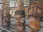 sejumlah-kerajian-patung-tiki-dari-bahan-akra-bambu.jpg