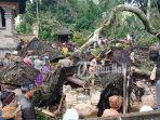 sejumlah-krama-desa-pakraman-tiga-susut-lakukan-proses-penanganan-pohon-tumbang.jpg